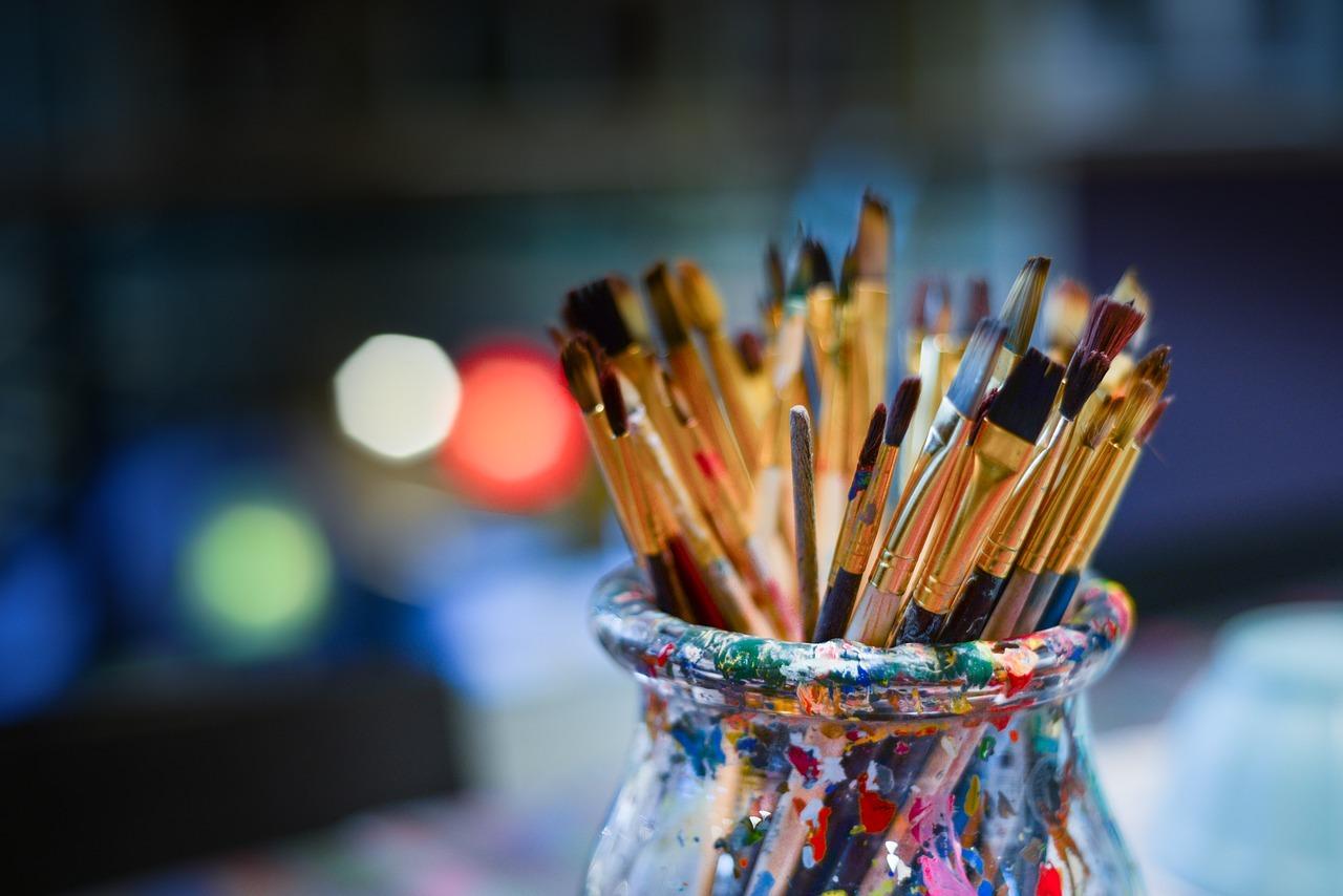 brosses de peinture pour pratique une activité artistique